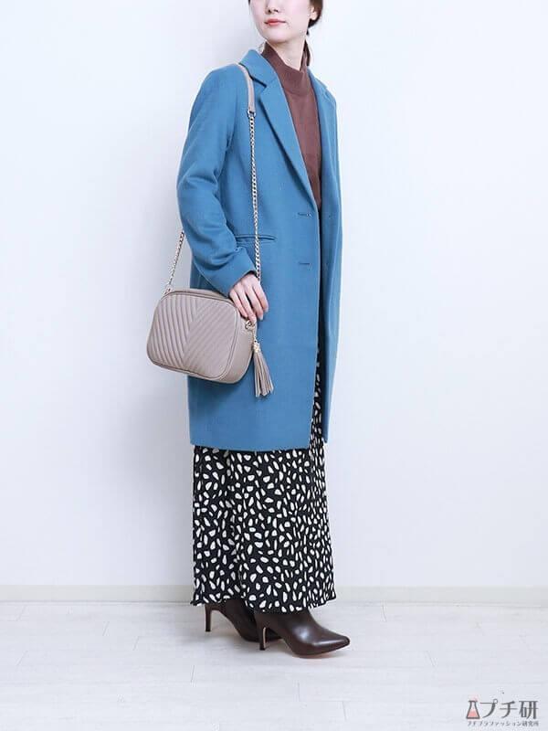 【ブルーコーデコーデ】ブルーのコートがクラシカルな雰囲気に♪ブラックのロングスカートで大人コーデ