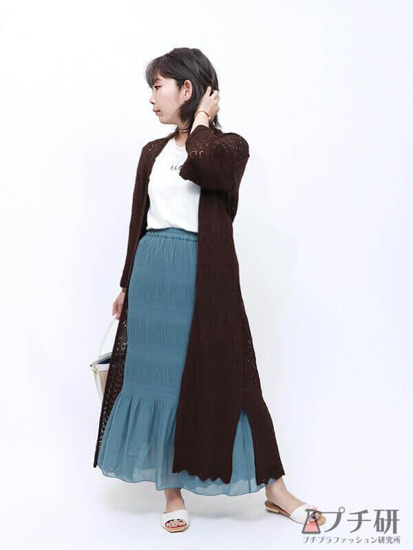 透かし編みカーディガンにマーメイドスカートとロゴTのコーデ