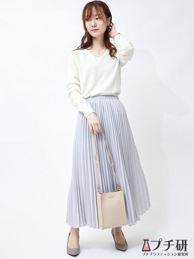 爽やかアイスブルーのプリーツスカートで好感度UP!ホワイトニットで清楚スタイルに♪
