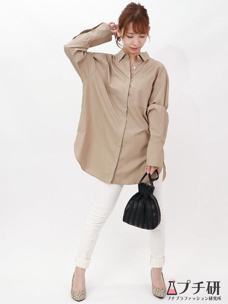 ベージュオーバーサイズシャツでトレンド映えする!ホワイトスキニーでスッキリコーデ
