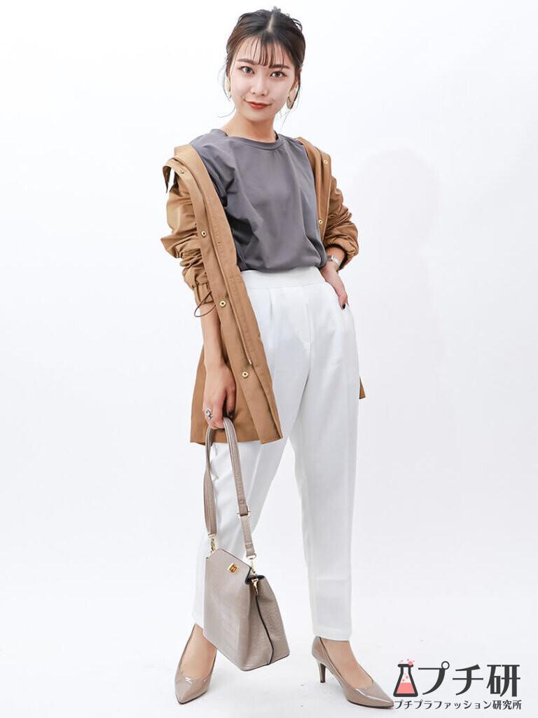 ベージュマウンテンパーカーで秋らしさをプラス♪インはTシャツ×パンツの定番コーデ