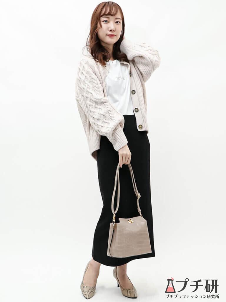 ケーブル編みカーディガン×タイトスカートが好バランス♪大人シンプルな秋コーデ