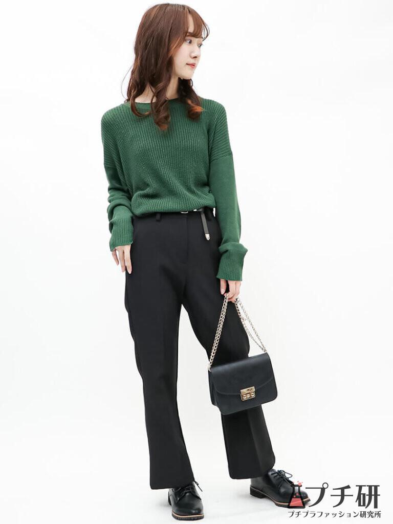 グリーンニット×黒フレアパンツでちょっぴり個性を取り入れたトレンドスタイル