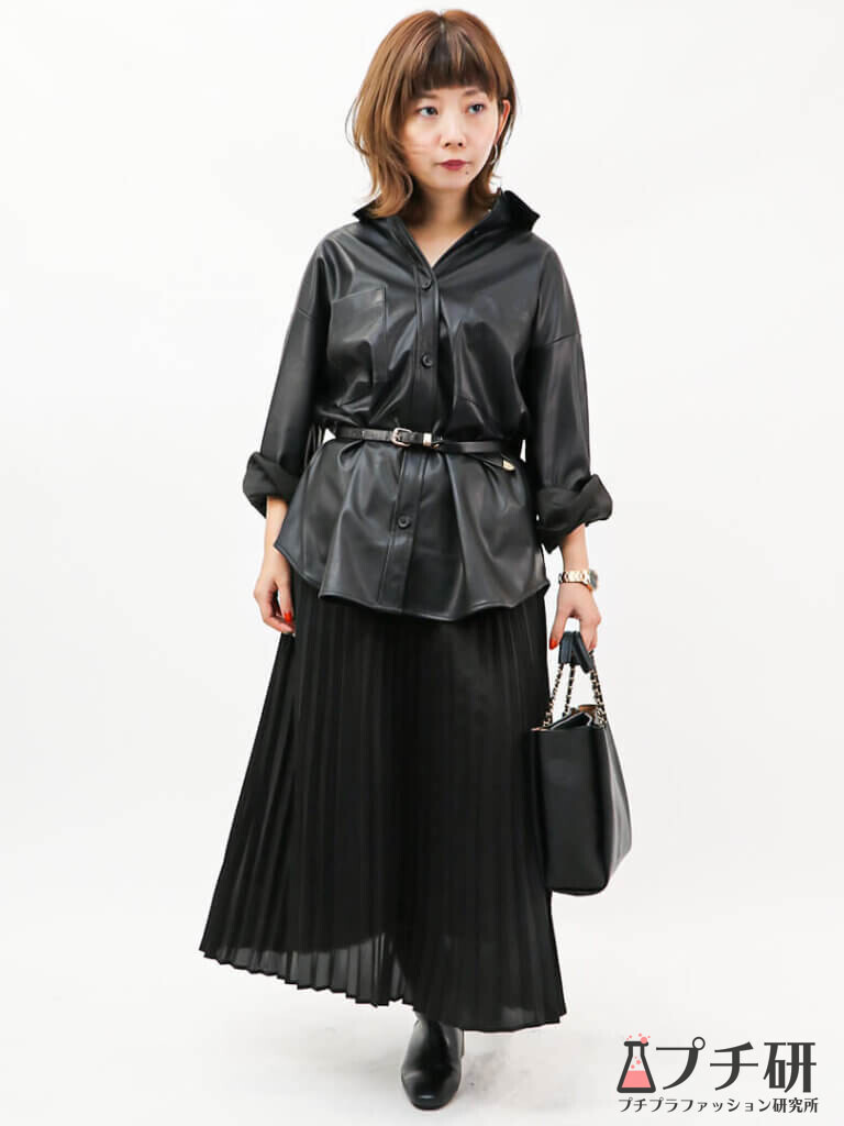 GUのフェイクレザーシャツにプリーツスカートとショートブーツのコーデ