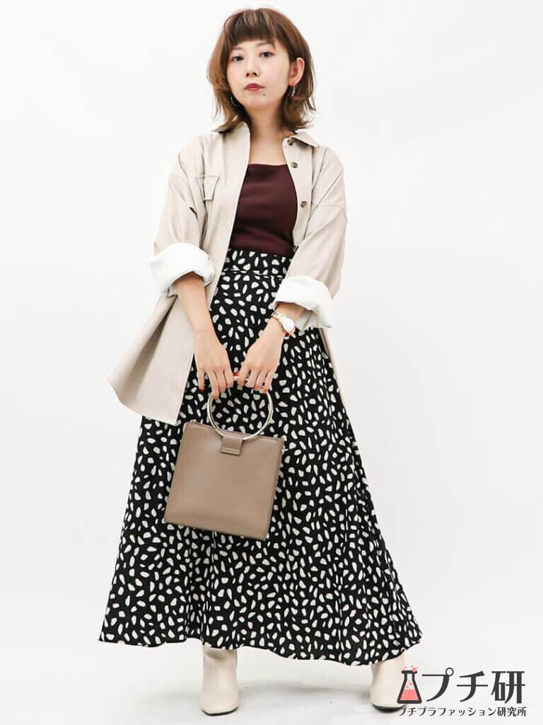 GUのフェイクレザーシャツにダルメシアン柄スカートと白ブーツのコーデ