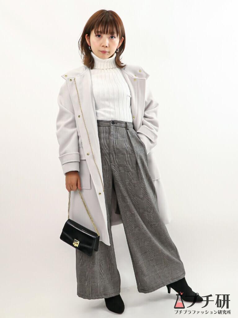 【白ニットコーデ】GUフーデッドコートにリブニットとチェック柄ワイドパンツのコーデ