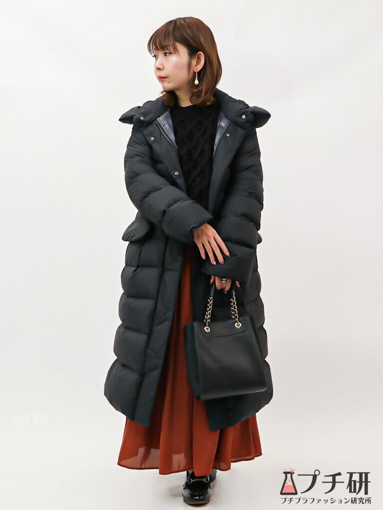 【downcoatコーデ】ブラックでまとめた中にレンガ色のスカートを1点投入でパッと華やぐ大人カジュアルコーデ