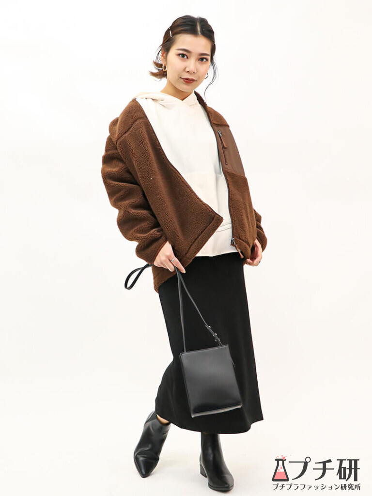 【boaouterコーデ】GUのボアブルゾンにスウェットパーカーとタイトスカートで作る女っぽカジュアルコーディネート