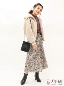 UNIQLO Uのボアブルゾンにレオパード柄のフレアスカートで作るフェミニンカジュアルコーディネート