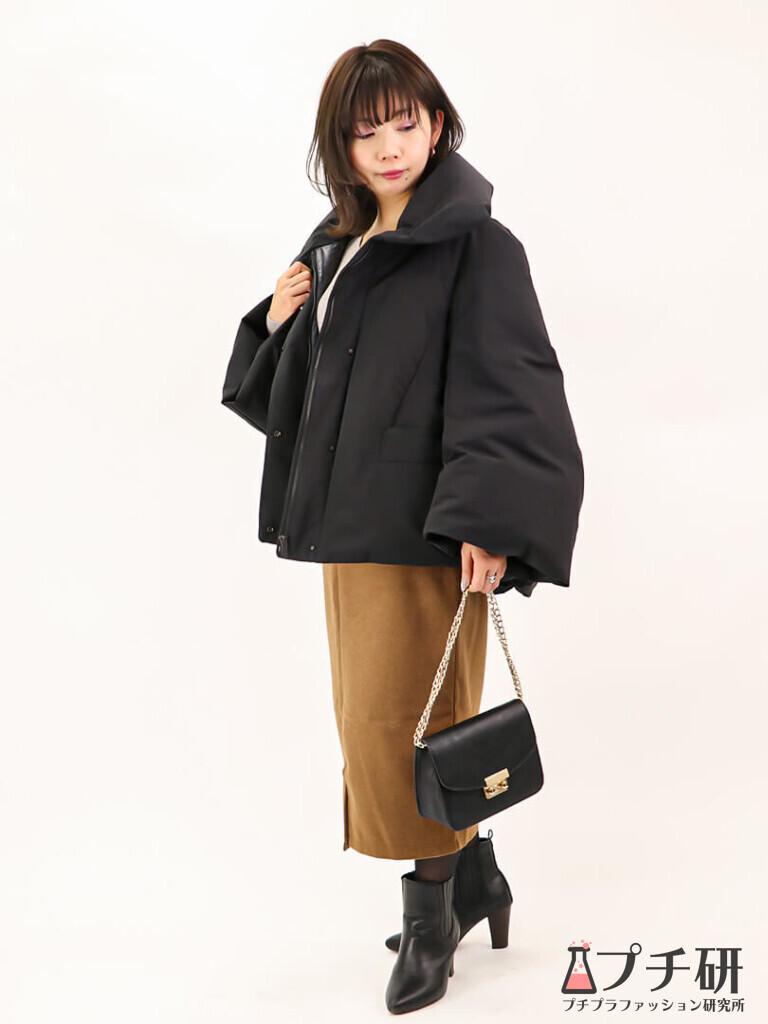 【downcoatコーデ】ハイブリッドダウンジャケットコートにボートネックニットとタイトスカートのコーディネート