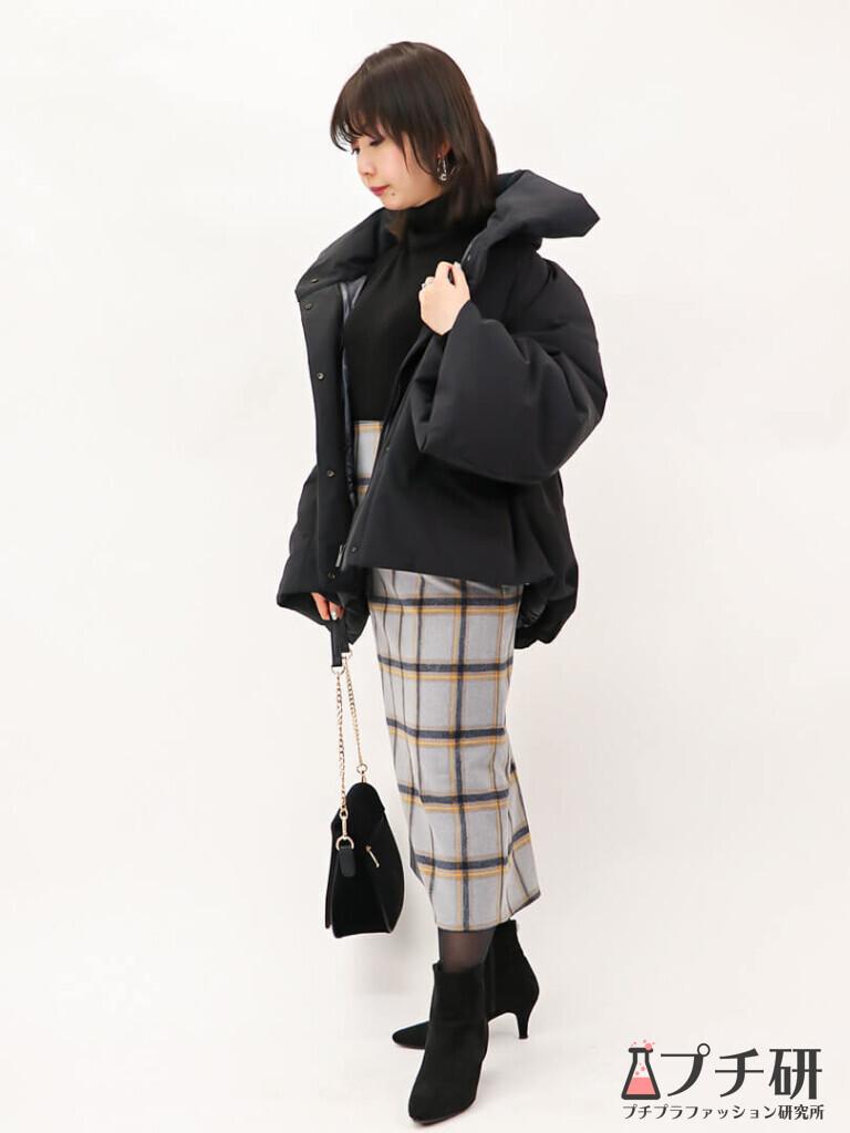 【downcoatコーデ】ハイブリッドダウンジャケットコートにタートルネックニットとチェック柄タイトスカートのコーディネート