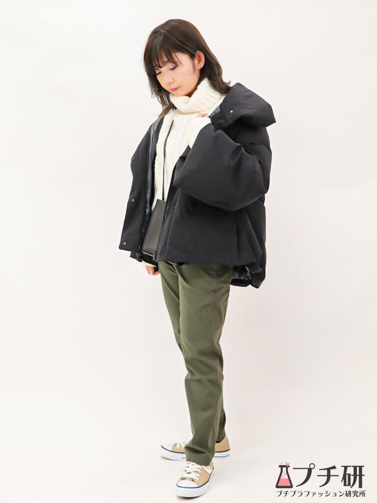 【白ニットコーデ】ハイブリッドダウンジャケットコートにケーブルニットとチノパンのコーディネート