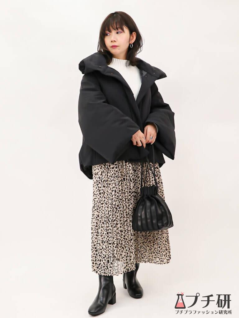 【白ニットコーデ】ハイブリッドダウンジャケットコートにリブニットとレオパード柄スカートのコーディネート