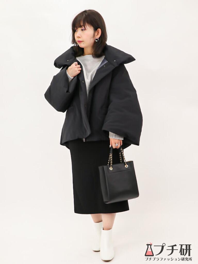 【downcoatコーデ】ハイブリッドダウンジャケットコートにグレーニットとタイトスカート、白ブーツのコーディネート