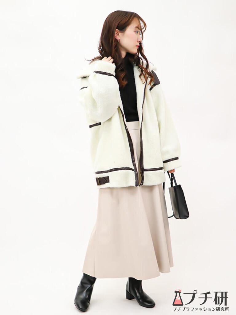 【boaouterコーデ】ボアブルゾン×フェイクレザースカートにスクエアトゥブーツのコーディネート