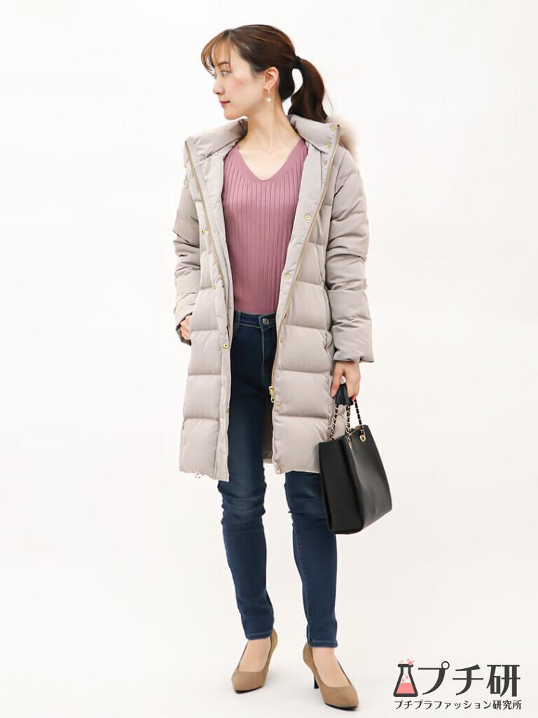 【downcoatコーデ】くすみピンクのニットにダウンコートで女性らしいシンプルコーディネート