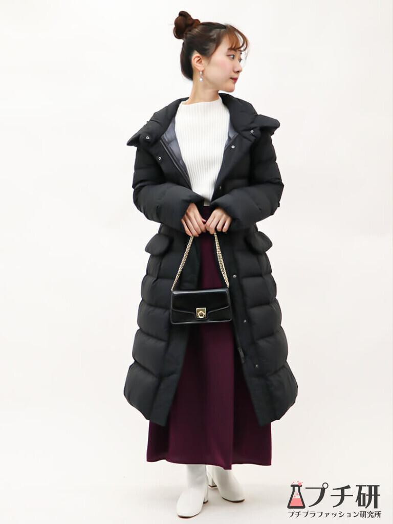 【白ニットコーデ】ウルトラライトダウンフーデットコートに白ニットとサテンスカートの上品コーデ