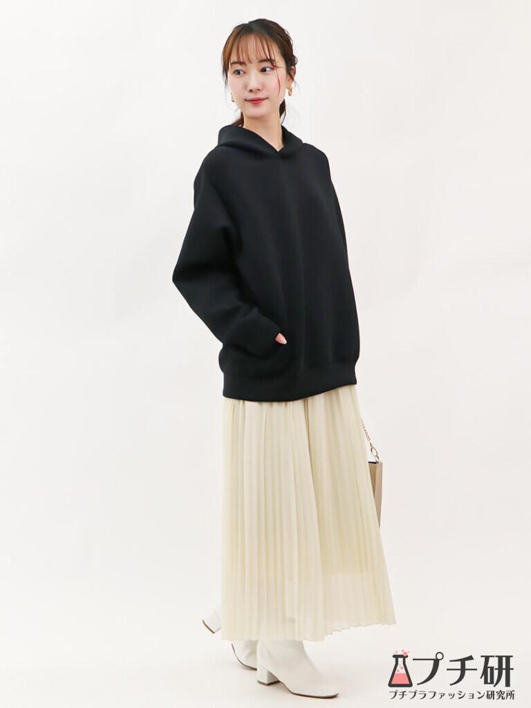 【pleatedskirtコーデ】ブラックパーカーは春色プリーツスカートとホワイトブーツでフェミニンなコーディネートに