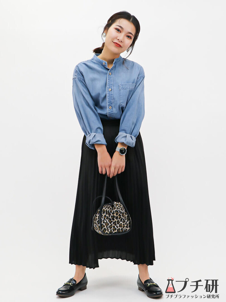 【pleatedskirtコーデ】UNIQLOメンズデニムシャツをプリーツスカートとローファーで女っぽコーディネート
