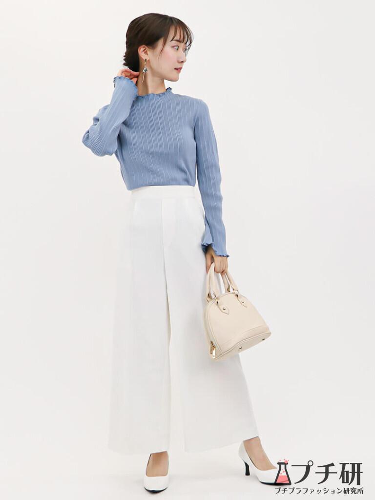 くすみブルーが大人っぽい春ニットと白ワイドパンツで作るオフィスカジュアルコーディネート