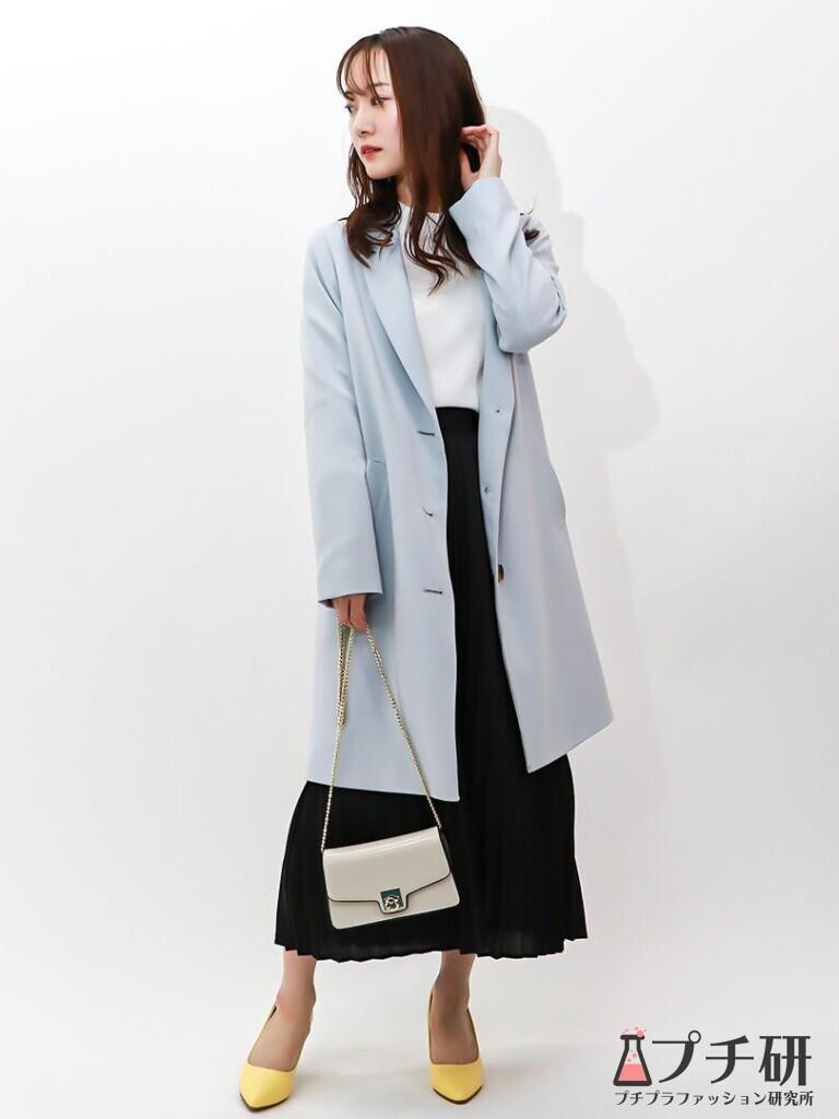 【pleatedskirtコーデ】チェスターコートにシアーブラウスとプリーツスカート、春色パンプスの綺麗めコーディネート