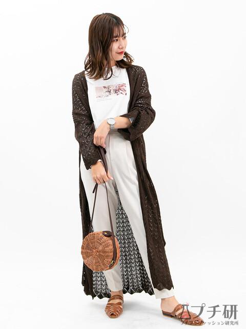 透かし編みロングカーディガンとフォトTシャツにテーパードパンツのコーディネート