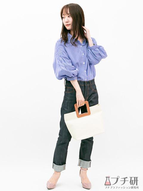 袖ボリュームの甘めストライプ柄シャツとインディゴのストレートデニムに綺麗めパンプスをプラスしたコーディネート
