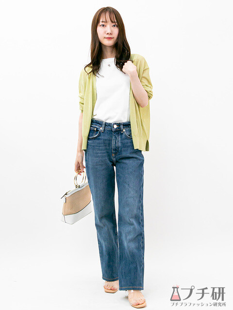 無地白Tシャツとデニムのシンプルなコーディネートは春色のシアーカーディガンを差し色に