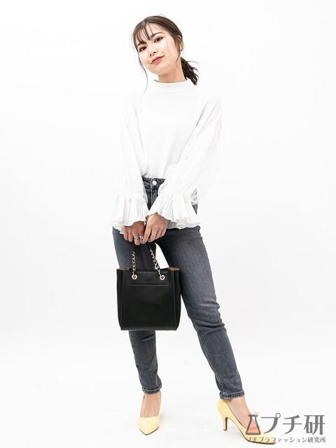 袖ボリュームのデザインブラウスはグレースキニーを合わせて女っぽカジュアルにコーディネート