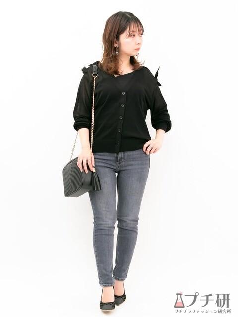 肩リボンがフェミニンなカーディガンはスキニーパンツ合わせで大人カジュアルなコーディネートに