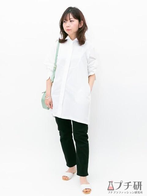 チュニック丈のデザインシャツはブラックデニムとぺたんこサンダルを合わせて抜け感のあるカジュアルコーデに