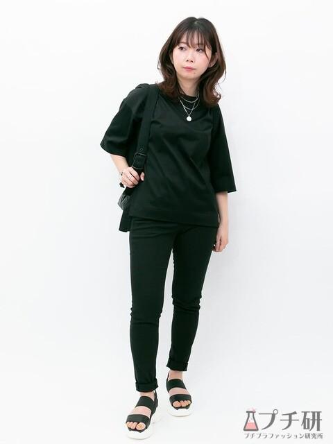 オーバーサイズTシャツに黒スキニーを合わせて、スポーツサンダルとリュックで作るオールブラックのカジュアルコーデ