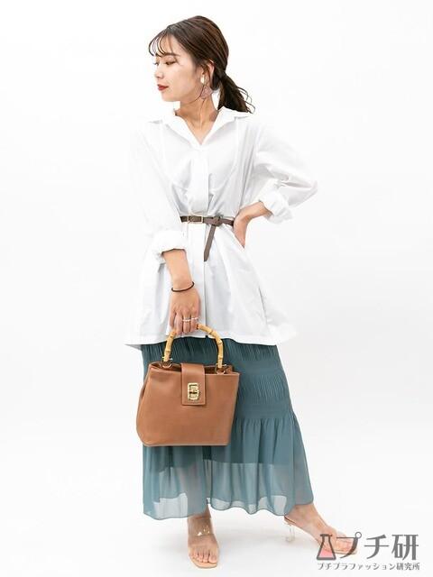 チュニック丈のシャツワンピースをマーメイドラインのスカートと合わせた大人女子の綺麗めカジュアルコーディネート