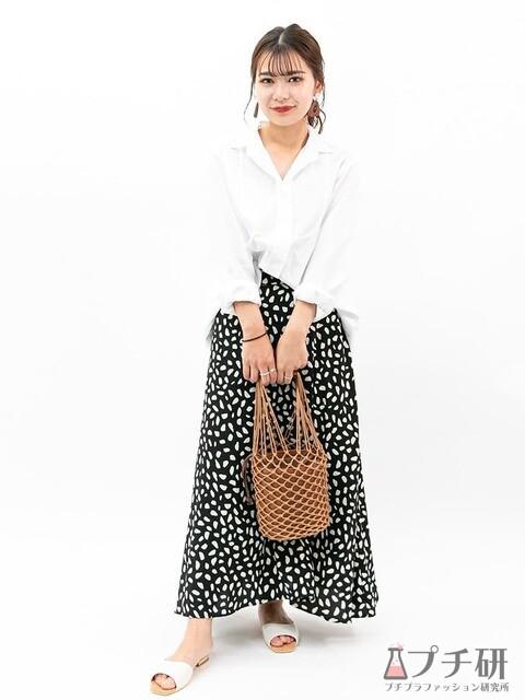 オーバーサイズシャツにダルメシアン柄スカートとフラットサンダルの大人カジュアルなコーディネート