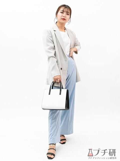 ジャケットスタイルにブルーのパンツが映えるオフィスカジュアルコーディネート
