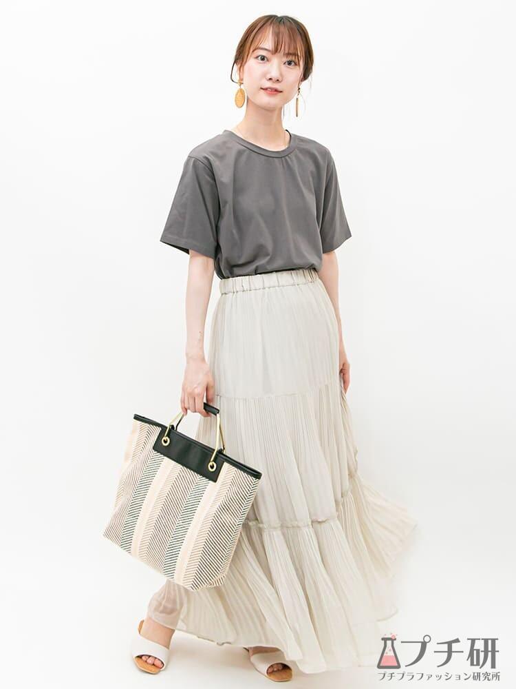 透け感のあるティアードスカートに無地のTシャツを合わせて、フェミニンカジュアルなコーディネートに
