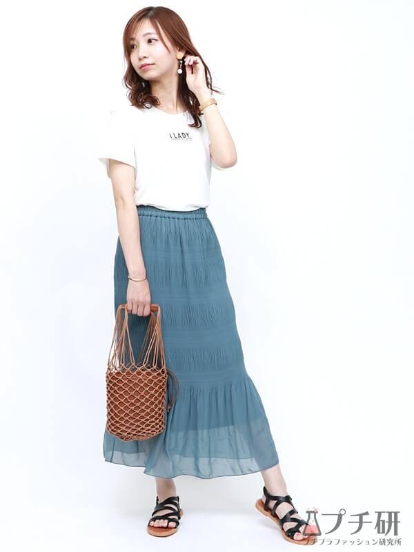 ロゴTシャツにマーメイドスカートのコーディネート