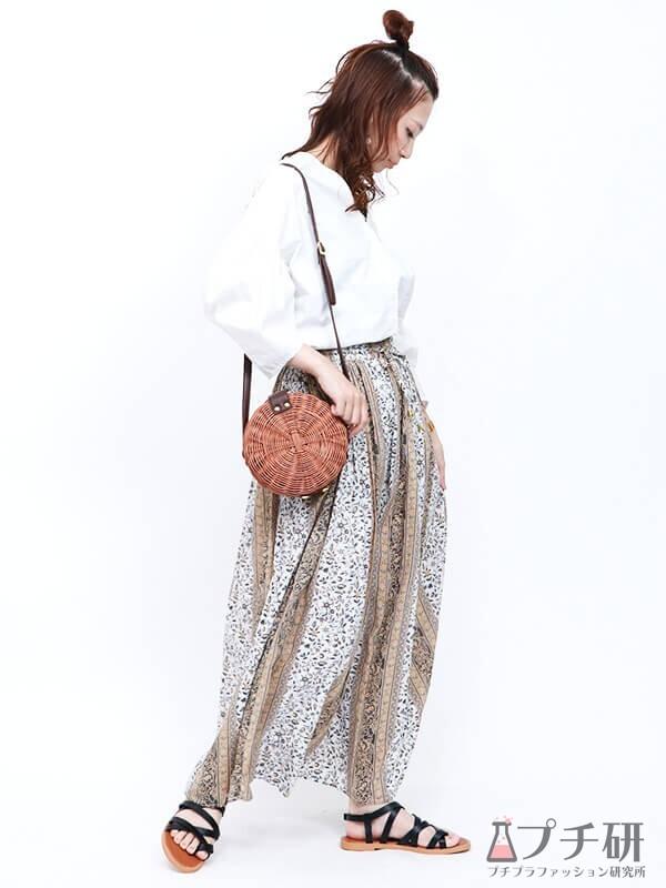 袖ボリュームブラウスにパネル柄スカートのコーディネート