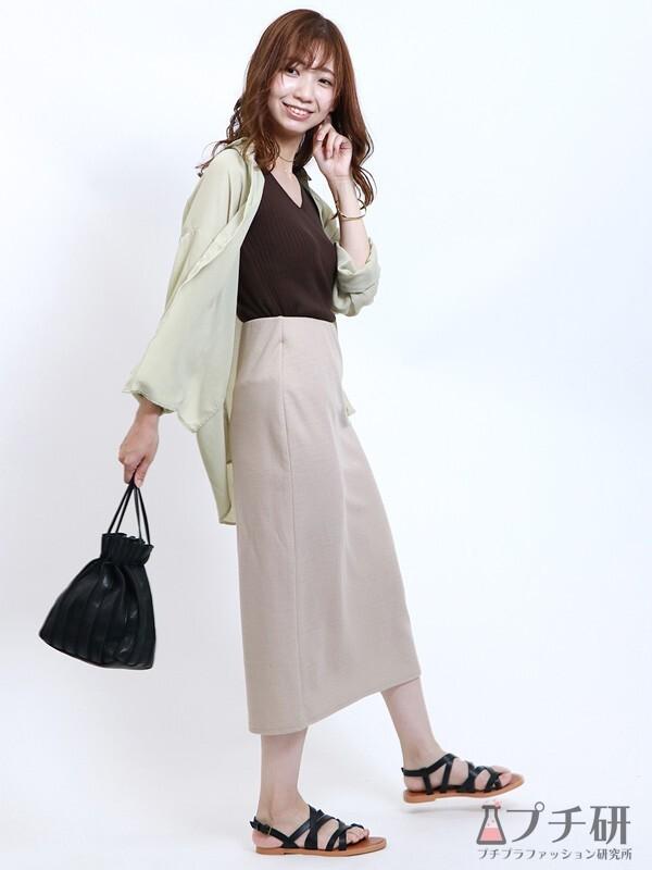 シアーシャツとリブタンクトップにタイトスカートのコーデ