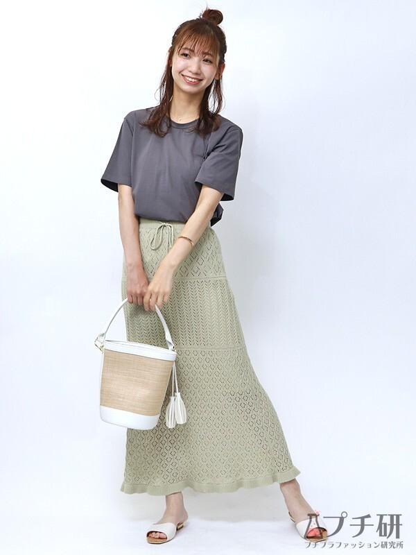 シンプルTシャツに透かし編みスカートのコーデ