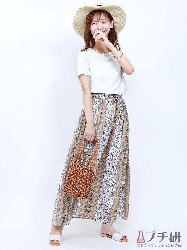 シアー感のあるTシャツにパネル柄スカートのコーデ