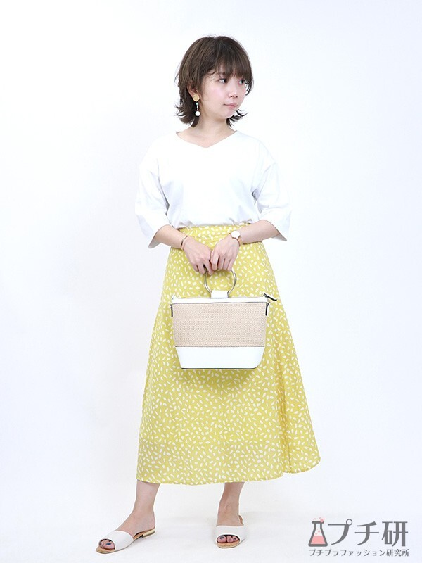 白Tシャツと柄スカートのコーデ