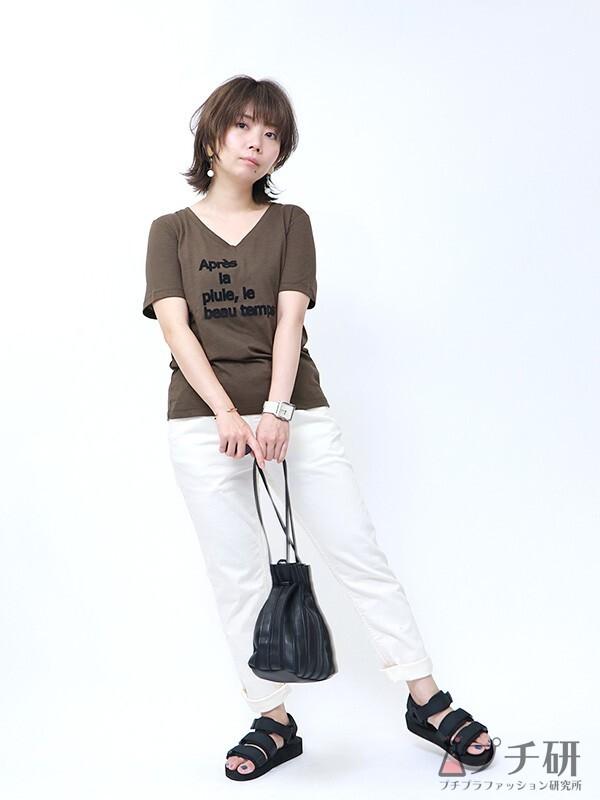 フロッキーロゴTシャツと白パンツのコーデ