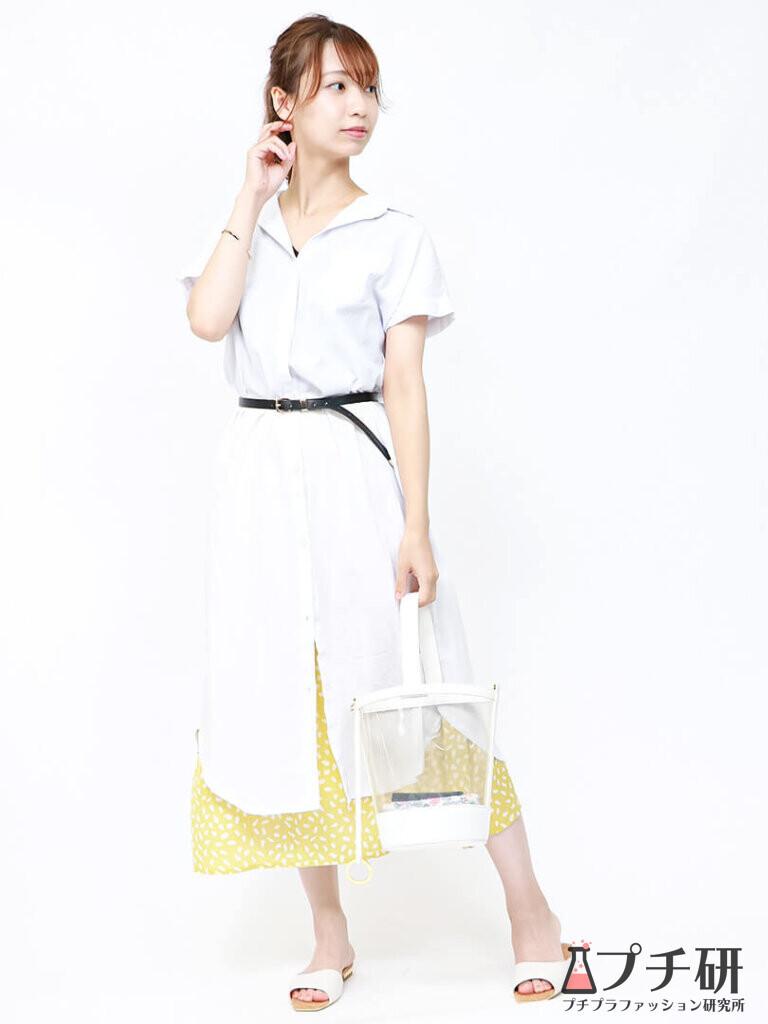 シャツワンピースにイエローの柄スカートとクリアバッグ、白サンダルのコーデ