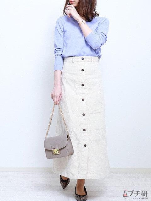 白のロング丈タイトスカート×ペールブルーのニット×グレージュバッグで爽やかコーデの画像