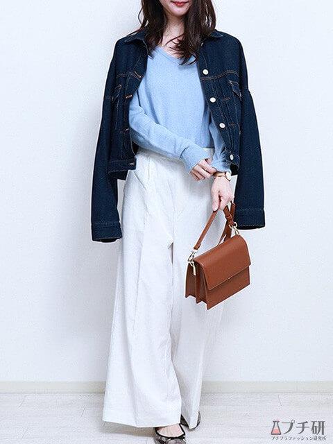 白のワイドパンツ×ブルーのVネックニット×デニムジャケットで大人のこなれコーデの画像
