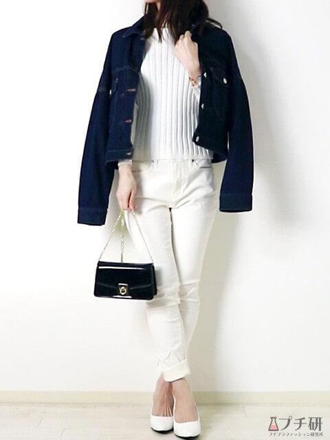 白のスリムパンツ×白ニットのオールホワイトコーデはデニムジャケットでカジュアルの画像