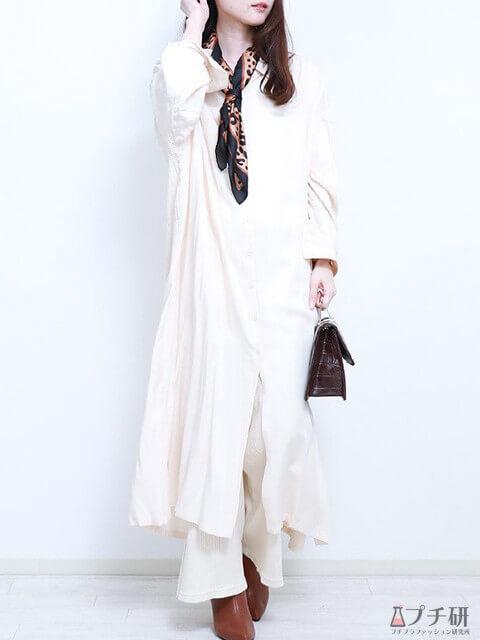 白のフレアパンツ×白のロングシャツワンピ×柄スカーフで大人のオールホワイトコーデの画像