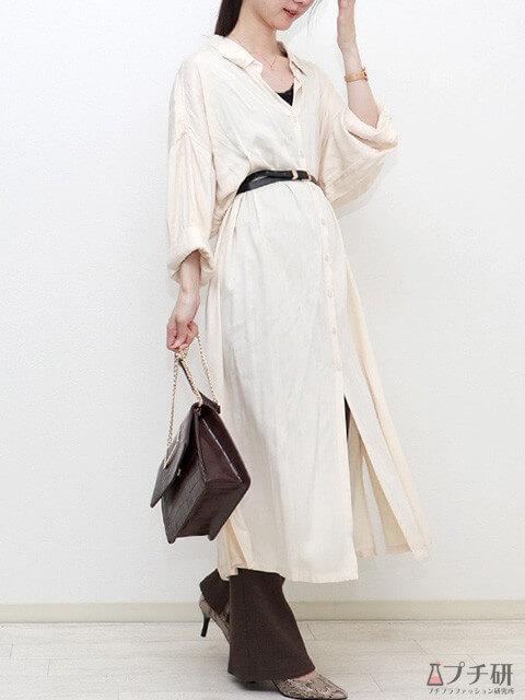 白のシャツワンピース×ダークブラウンのパンツ×パイソン柄パンプスでハンサムコーデの画像