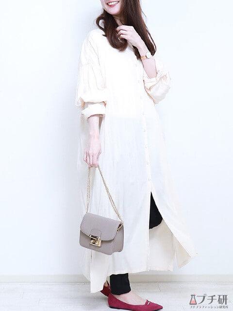 白のロングシャツワンピース×デニム×マゼンタのフラットパンプスでリラクシーコーデの画像